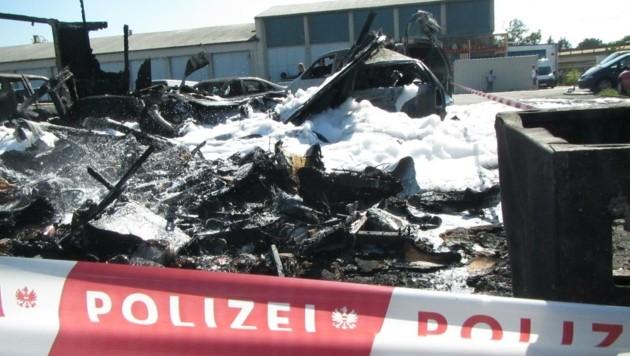 Jetzt ermitteln Spezialisten der Polizei die genaue Ursache für den heftigen Brand. (Bild: Presseteam der FF Wiener Neustadt)