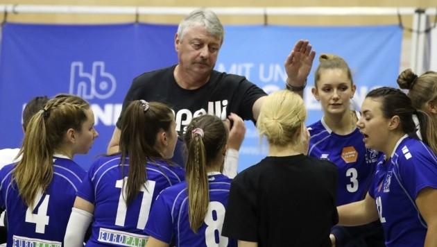 Trainer Uli Sernow mit den Girls von Volleyball-Erstligist PSVBG Salzburg.