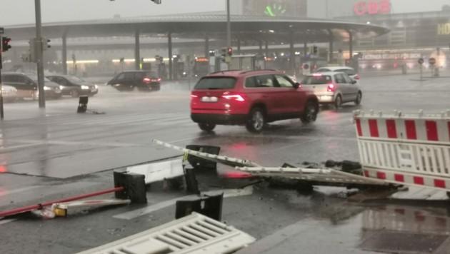 Bäume und Verkehrsschilder stürzten um, hier am Grazer Hauptbahnhof.