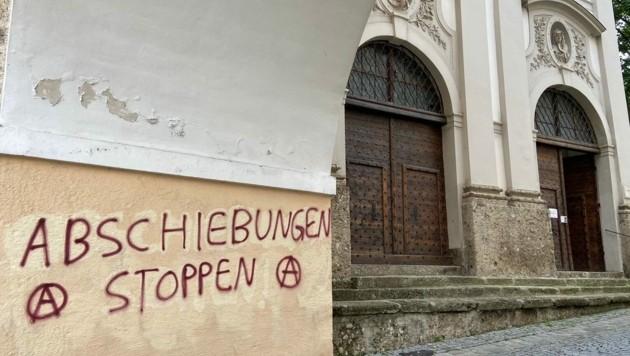 Politisches Graffiti bei der Müllner Kirche