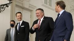 US-Außenminister Mike Pompeo gemeinsam mit Finanzminister Gernot Blümel und dem US-Botschafter Trevor Traina auf dem Weg zum Winterpalais in der Wiener Himmelpfortgasse (Bild: APA/AFP/POOL/LISI NIESNER)