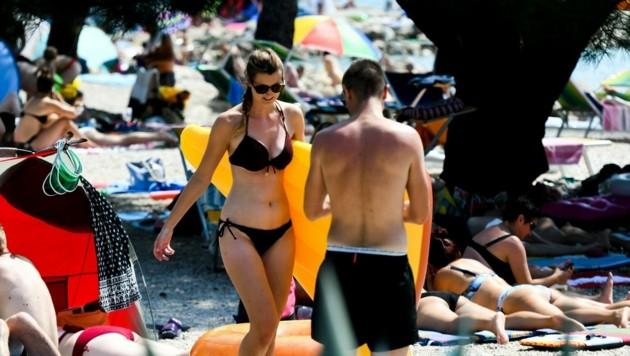 Vor allem ausländische Touristen lassen sich ihre Stranderlebnisse in Kroatien von der Corona-Pandemie nicht vermiesen.