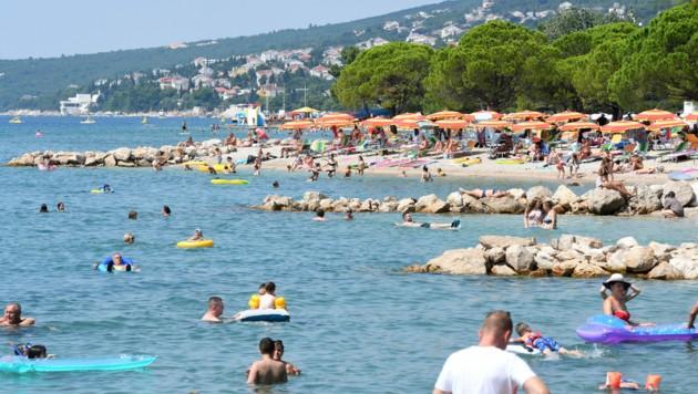 In Crikvenica an der Adriaküste liegen Touristen Seite an Seite. (Bild: AFP)
