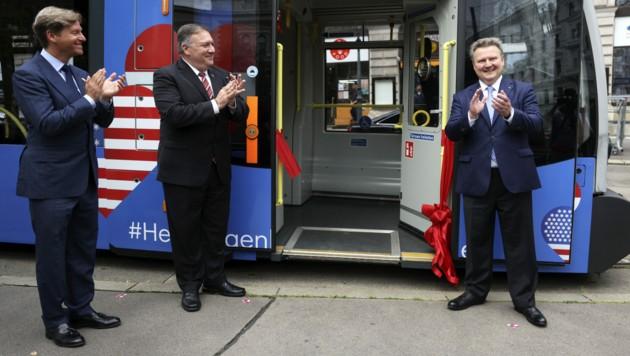 """Applaus für die """"österreichisch-amerikanische Freundschaftsstraßenbahn"""" am Wiener Ring: Die Garnitur wurde von Bürgermeister Michael Ludwig und US-Außenminister Mike Pompeo eingeweiht. (Bild: APA/AFP/POOL/LISI NIESNER)"""