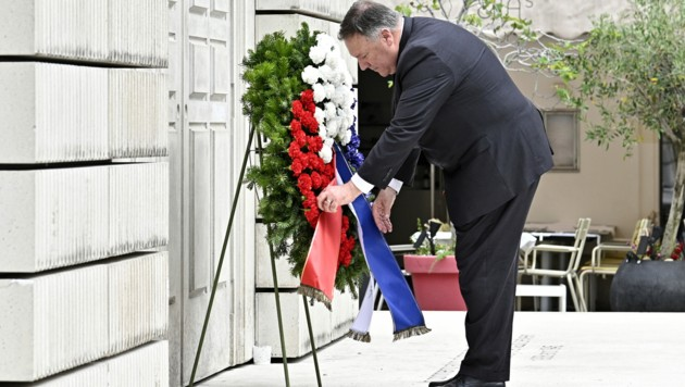 US-Außenminister Mike Pompeo während der Kranzniederlegung vor dem Holocaust-Denkmal am Judenplatz (Bild: APA/Hans Punz)
