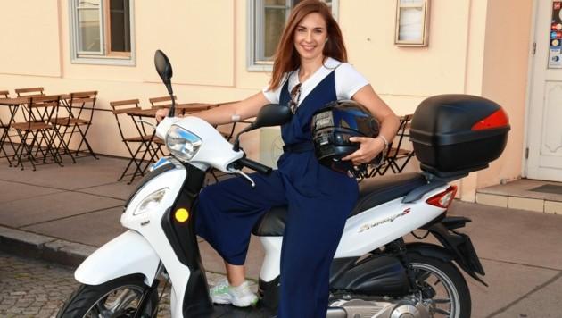 """Simone Stribl auf ihrem Moped - am Montag begrüßt sie wieder zu den """"Sommergesprächen"""" (21:05 Uhr, ORF 2). (Bild: Zwefo)"""