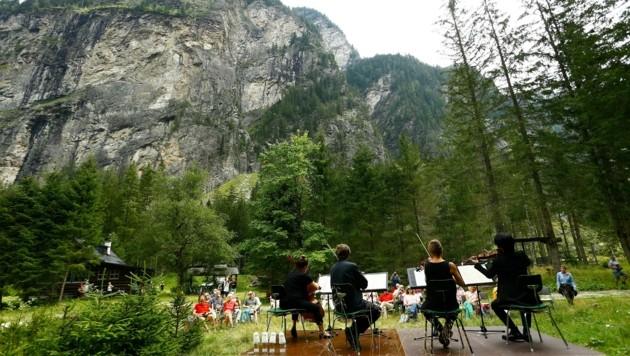 Das Ensemble der Philharmonie Salzburg geigte vor der Himmelwand auf. (Bild: Gerhard Schiel)