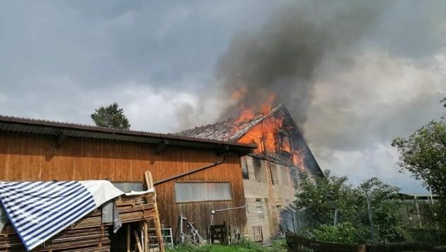 Die Flammen reichten bis zu zehn Meter über das Dach. (Bild: FF Diex)