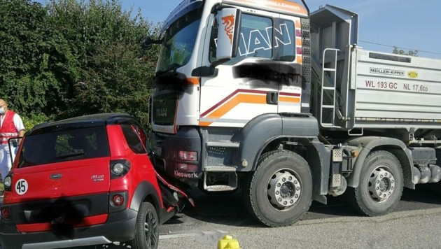 Das Mopedauto wurde bei dem Unfall schwer demoliert.