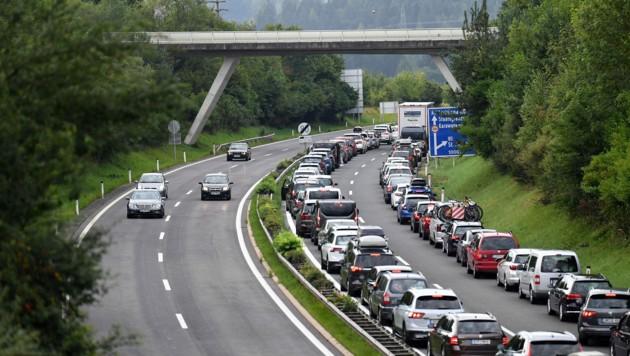 Bereits vor einer Woche staute es sich auf der A11 in Richtung Slowenien. (Bild: SOBE HERMANN)