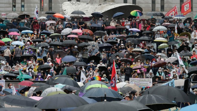 Trotz steigender Infektionszahlen gingen am Samstag in der südkoreanischen Hauptstadt Seoul Tausende auf die Straßen, um gegen die Regierung zu protestieren. Die meisten der Teilnehmer trugen Masken. (Bild: AP)