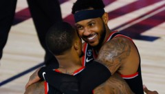 Carmelo Anthony (R) umarmt Damian Lillard. (Bild: AP/Kevin C. Cox)