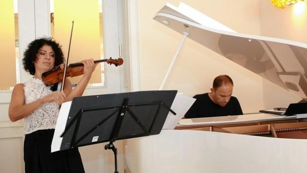 Der Brunch wird von der Anadi-Bank gesponsert; musikalische Gäste: Karen Asatrian (Piano) und Anna Hakobyan (Violine). (Bild: kht)