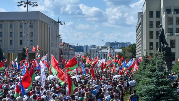Rund 3000 Menschen gingen in Minsk zur Unterstützung von Präsident Lukaschenko auf die Straße. (Bild: AFP )