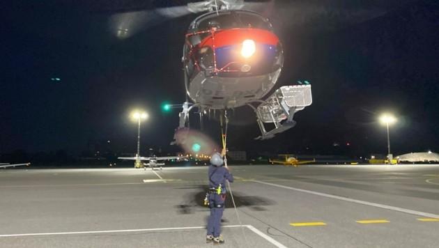 """Der Polizeihubschrauber """"Libelle"""" startete vom Flughafen Salzburg in den Rettungseinsatz und flog die beiden Wanderer zurück."""
