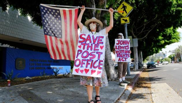 Demonstranten protestieren vor einer Postfiliale in Los Angeles gegen Änderungen des Betriebs.