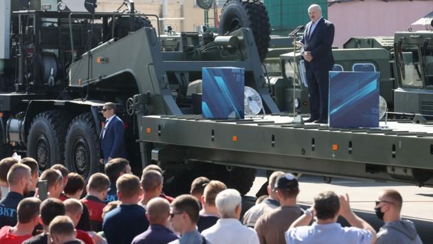 Alexander Lukaschenko bei einer Kundgebung in der staatlichen Fahrzeugfabrik (Bild: AFP)