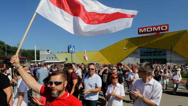 Demonstranten versammelten sich auch vor der Fabrik, in der der Präsident seine Kundgebung hielt, um ihrem Unmut freien Lauf zu lassen. (Bild: AP)