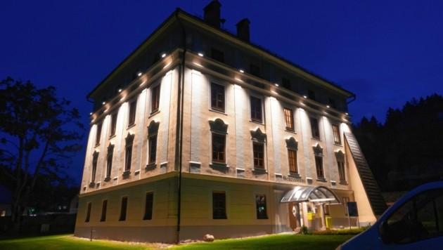 Die neuen Lampen beleuchten das Amtsgebäude in Keutschach von oben herab.