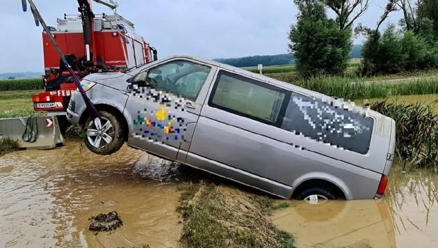 Ein Taxi musste aus einem Rückhaltebecken geborgen werden. (Bild: Christian Schulter)