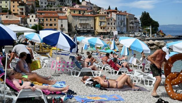 Wer trotz Reisewarnung nach Kroatien in den Urlaub fährt und dort an Covid-19 erkrankt, kann um sein Gehalt umfallen. (Bild: AFP )