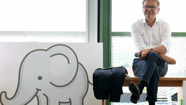 Gesundheitsminister Rudolf Anschober mit Babyelefant (Bild: APA/HELMUT FOHRINGER)