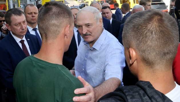 Lukaschenko sah sich bei seinem Fabrikbesuch am Montag auch mit heftiger Kritik konfrontiert. (Bild: AP)