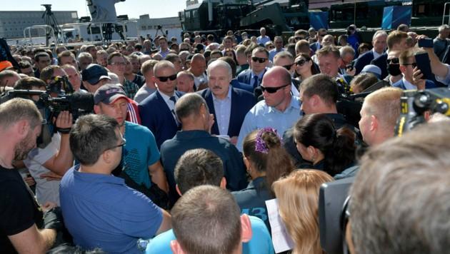 Bei Lukaschenkos Fabrikbesuch spielten die Corona-Abstandsregeln sowie das Tragen eines Mund-Nasen-Schutzes keine Rolle. (Bild: AP)
