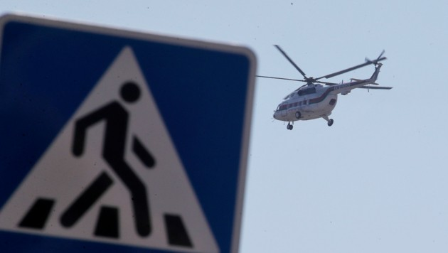 Zum Besuch des Traktorenwerks in Minsk ließ sich der weißrussische Präsident mit dem Helikopter einfliegen. (Bild: AP)