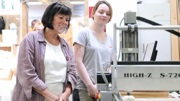 Birgit Gerstorfer beim Besuch einer Ausbildungswerkstatt in Linz