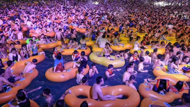 Tausende Menschen feierten in den Pools - Angst vor dem Virus scheint dabei keine zu herrschen. (Bild: STR/AFP)