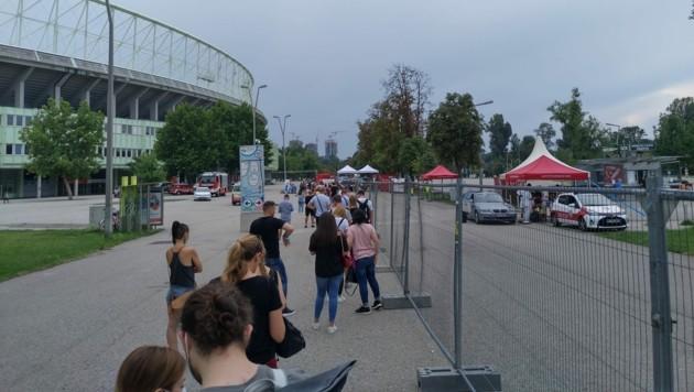 Getestet wird direkt vor dem Stadion unter freiem Himmel, zum Glück spielt das Wetter mit.