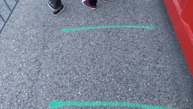 Bodenmarkierungen helfen beim Abstandhalten.