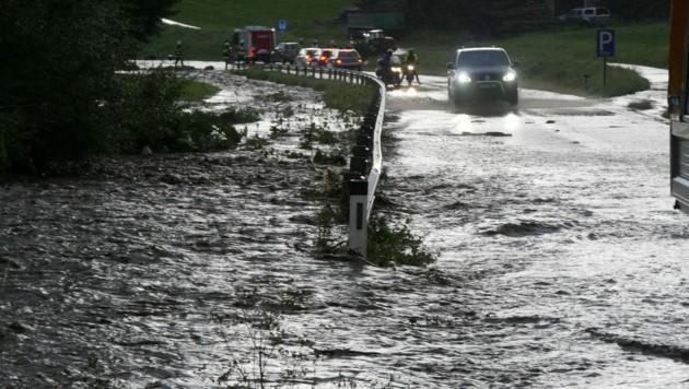 Die B 317 wurde bei Perchau überschwemmt. (Bild: BFV Mu/Horn)