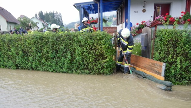 Die Feuerwehrleute versuchten alles, um die Häuser vor den Wassermassen zu retten. (Bild: BFV Mu/Horn)