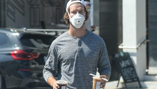 Patrick Schwarzenegger mit Mundschutz beim Kaffee holen