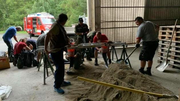 Die Feuerwehren legten ein Sand- und Balastsackdepot an. (Bild: FF Rennweg)