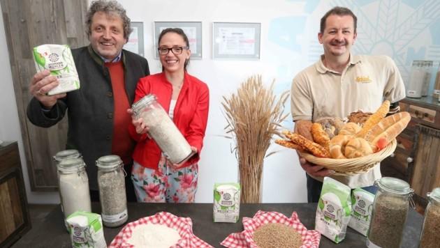 Bäcker Robert Schlief mit Mühlen-Geschäftsführer Herbert Poinstingl sowie dessen Tochter und Assistentin Isabella. (Bild: Judt Reinhard)