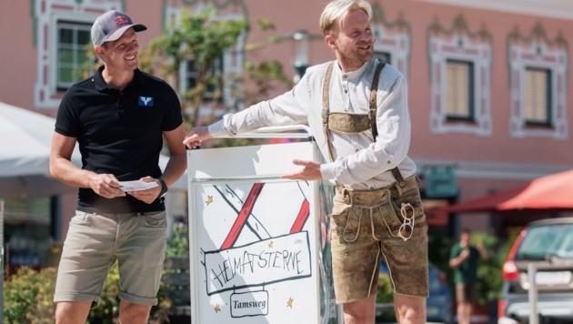 """Thomas Morgenstern und Willi Gabalier machen auf die """"Heimatsterne""""-Suche und das Abschluss-Dorffest aufmerksam. (Bild: ServusTV / Daniel Götzhaber)"""
