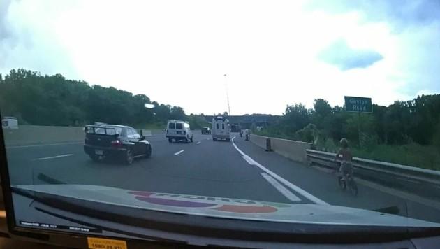 Die Polizisten fanden den sechsjährigen Jungen auf dem rechten Seitenstreifen der Autobahn in Richtung Toronto. (Bild: Twitter/@OPP_HSD)