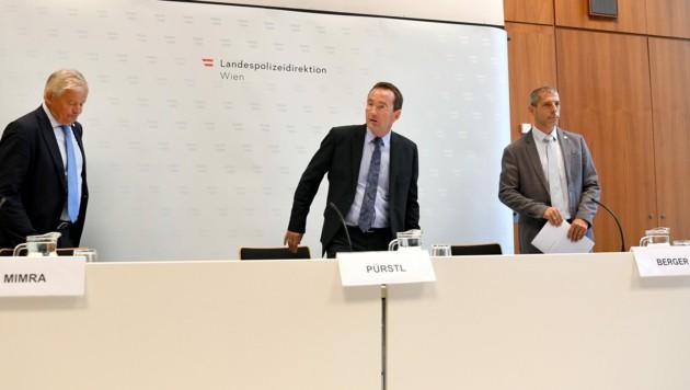 v.l.: Michael Mimra (stv. Leiter des Landeskriminalamts Wien), Landespolizeipräsident Gerhard Pürstl und Dietmar Berger (stv. Leiter des Ermittlungsdienstes) (Bild: APA/ROLAND SCHLAGER)