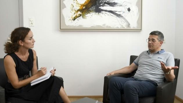 """Hofer im Gespräch mit """"Tiroler Krone""""-Redakteurin Claudia Thurner. (Bild: Andreas Fischer)"""