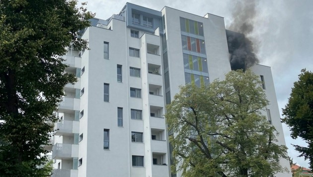 Die Loggia einer Wohnung im siebenten Stock eines Hochhauses in Wien-Döbling fing Feuer. (Bild: APA/STADT WIEN | FEUERWEHR)