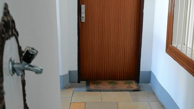 Laut dem Magistratischen Bezirksamt für den 3. Bezirk wohnt Heinz-Christian Strache tatsächlich auch in Wien - und zwar hinter der Tür mit dieser Matte.