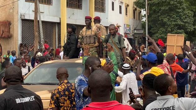 Soldaten feiern ihre Ankunft am Unabhängigkeitsplatz in Bamako, nachdem sie Malis Präsidenten und Regierungschef gestürzt haben.