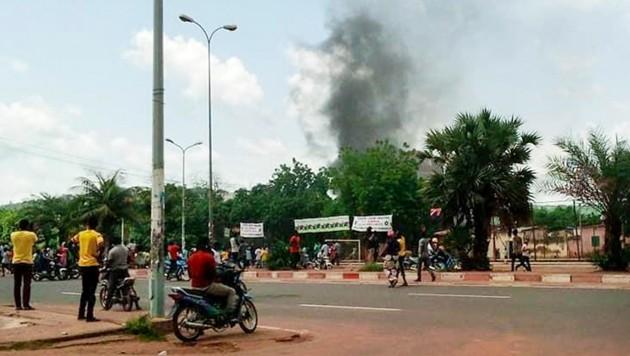 Auch aus der Residenz von Malis Finanzminister Kassim Tapo stieg Rauch auf. (Bild: AP/Mohamed Salaha)