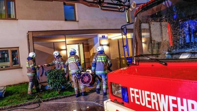 Die Feuerwehr bekämpft einen Kellerbrand in einem Mehrparteienhaus in Bischofshofen. (Bild: GERHARD SCHIEL)