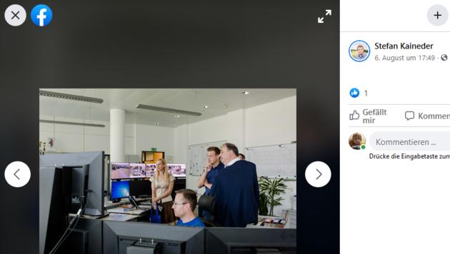 Landesrat Stefan Kaineder zu Besuch bei der Linz AG. Auch hier soll die Perspektive täuschen. (Bild: Facerbookseite von LR Stefan Kaineder)