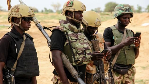 Soldaten der nigerianischen Armee müssen immer wieder zu Einsätzen gegen den Ableger des IS in Westafrika (ISWAP) ausrücken. (Bild: AFP)