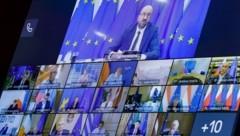 EU-Ratspräsident Charles Michel (oben) hatte kurzfristig einen Video-Sondergipfel zu den anhaltenden Protesten in Weißrussland einberufen. (Bild: AFP/Olivier HOSLET)